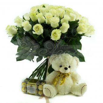 Букет из 51 белая Эквадорская роза с мягкой игрушкой и конфетами