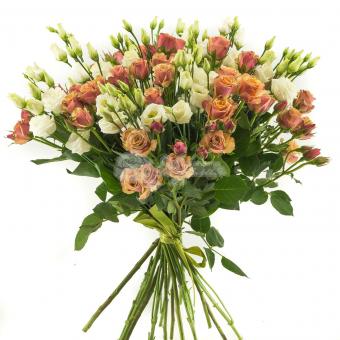 Букет из кустовых роз и эустомы
