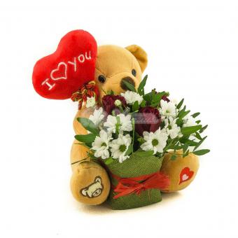 Мягкий медведь с цветами